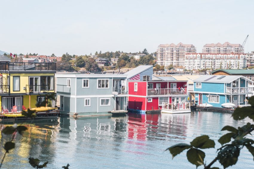 Colourful house boats at Fisherman's Wharf in Victoria. Check out my 24-hour guide to Victoria now!